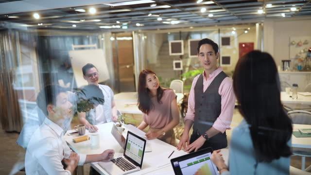 vídeos y material grabado en eventos de stock de oficina de negocios moderna con equipo multiétnico - asia
