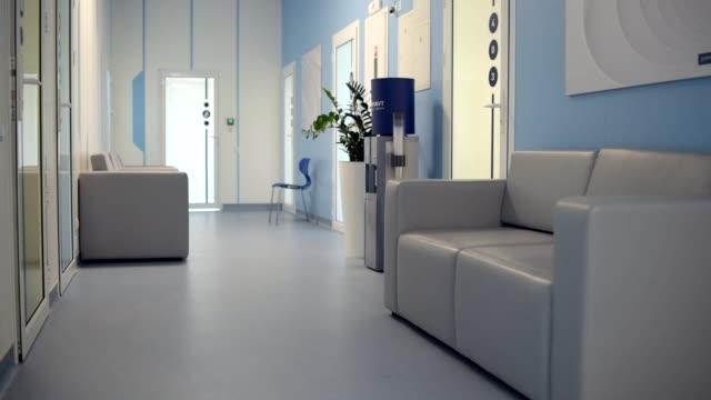 現代の快適な空の病院ホール - 廊下点の映像素材/bロール