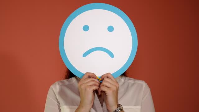moderne kommunikation mit emoji-ikonen - smiley stock-videos und b-roll-filmmaterial