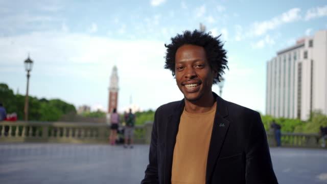 vidéos et rushes de jeune homme afro-américain moderne et confiant - 30 34 ans