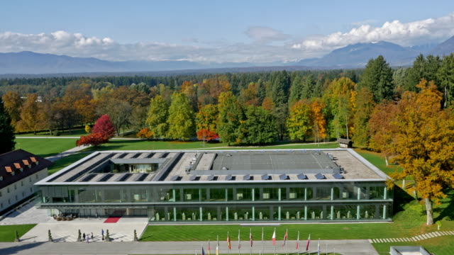 空中の近代的なコングレス センター ブルド、日差しの中で周辺の公園 - 緑 ビル点の映像素材/bロール