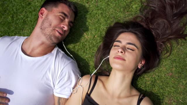アルゼンチンの太陽を吸収しながら、現代のカップルリスニング音楽 ビデオ