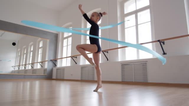 moderner tanz mit band - kurzwaren stock-videos und b-roll-filmmaterial