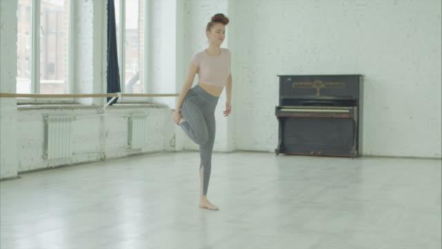 リハーサル中に足を負傷したモダン ダンサー - バレリーナ点の映像素材/bロール