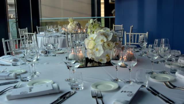 vídeos de stock, filmes e b-roll de decoração moderna de ajustes do lugar com ramalhete bonito da orquídea - fine dining