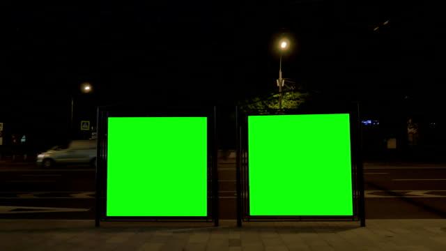 vídeos de stock, filmes e b-roll de cartazes eletrônicos modernos com telas verdes na parada de ônibus - poster