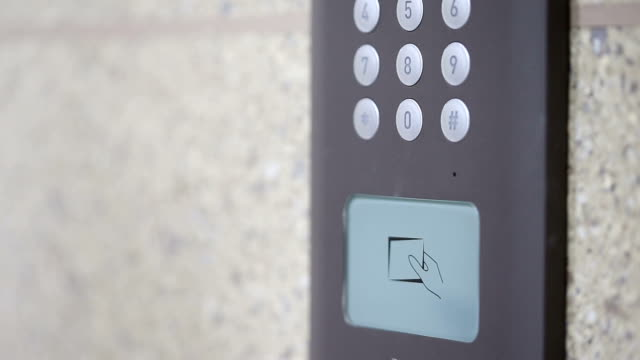 vídeos de stock, filmes e b-roll de dispositivo de segurança modernos entrada identificar cartão de segurança, tempo real. - pin