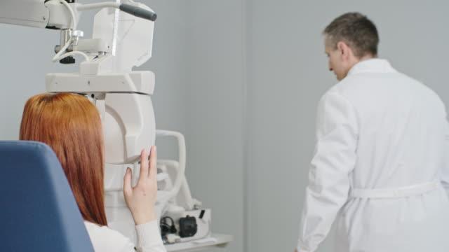 vidéos et rushes de test de vision moderne du graphique oculaire - réfracteur