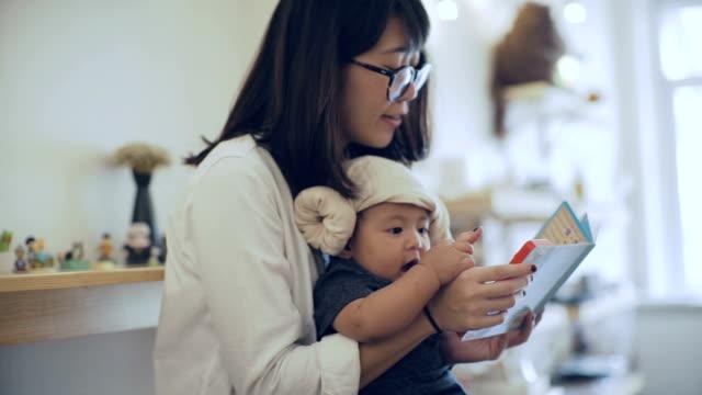 vídeos de stock e filmes b-roll de modern families - oculos