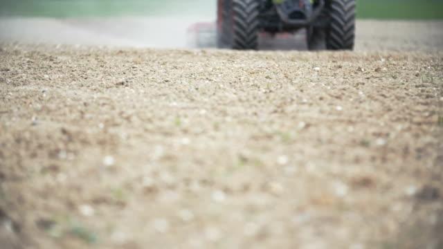 vidéos et rushes de fond de l'agriculture moderne. agriculteur à l'aide de herses sur cultivé champ. - seigle grain