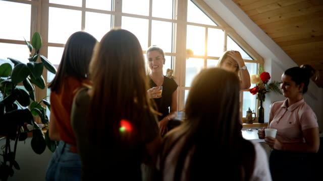 nowoczesna nauczycielka chit na czacie z uczniami na przerwie kawowej - kosmetyczka praca w salonie piękności filmów i materiałów b-roll