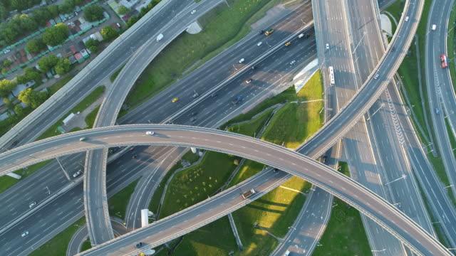 a modern flyover road junction. top down - droga wielopasmowa filmów i materiałów b-roll