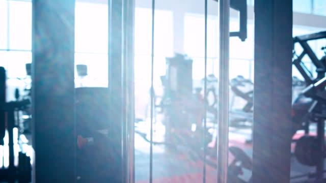 현대적이다 운동시설 내륙발 - 헬스 클럽 스톡 비디오 및 b-롤 화면