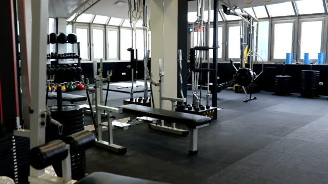 nowoczesna siłownia - sprzęt sportowy filmów i materiałów b-roll