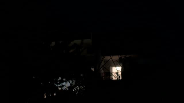 현대적이다 하우스 밤에 - 초점 이동 스톡 비디오 및 b-롤 화면