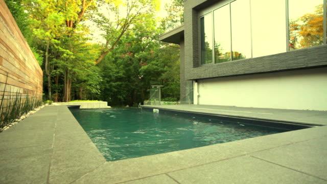 vídeos y material grabado en eventos de stock de casa moderna fachada del hotel - backyard pool