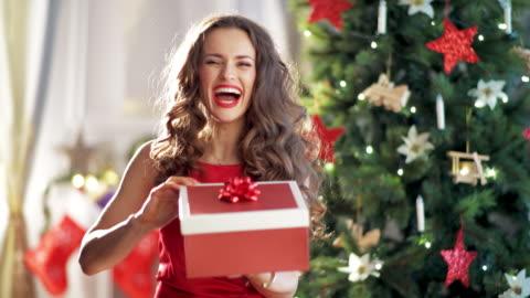 vidéos et rushes de femme au foyer moderne se fâcher après l'ouverture de cadeau de noël - cadeau