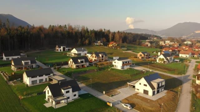 moderna bostäder utveckling på landet - gräsmatta odlad mark bildbanksvideor och videomaterial från bakom kulisserna