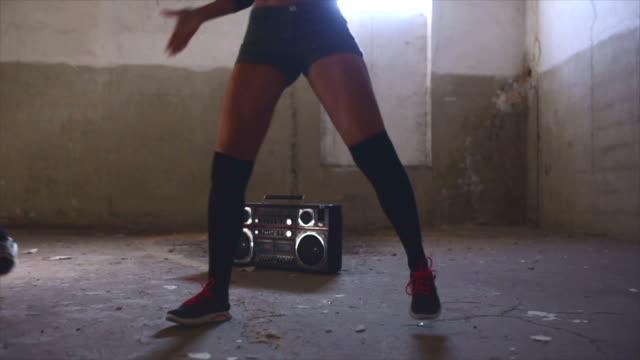 vídeos de stock e filmes b-roll de dançarinos de jazz moderno - concrete wall interior