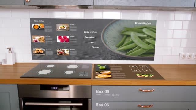 仮想インタラクティブディスプレイ付きモダンなキッチン - 電化製品点の映像素材/bロール