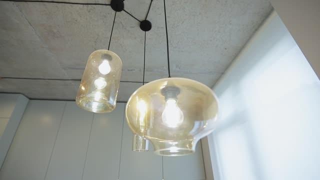 moderne lampe im wohnzimmer. wohnlandschaft. moderne wohnung - elektrische lampe stock-videos und b-roll-filmmaterial