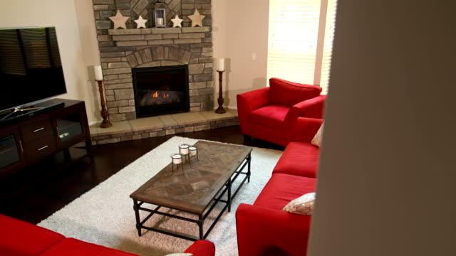 vídeos de stock e filmes b-roll de modern living room overhead pan reveal - coffee table