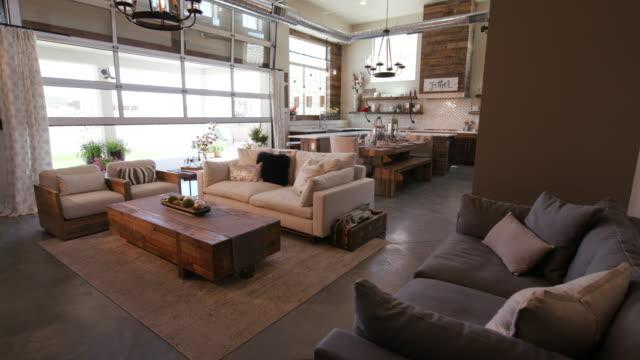 vídeos y material grabado en eventos de stock de moderno salón con patio puerta apertura - nueva casa