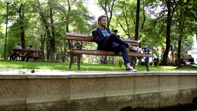 公園の現代人 - ベンチ点の映像素材/bロール