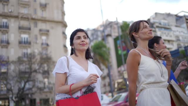 vidéos et rushes de femmes mûres modernes portant des sacs à provisions - 40 44 ans