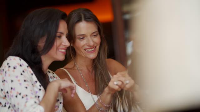 donne mature moderne che si fanno selfie - amicizia tra donne video stock e b–roll