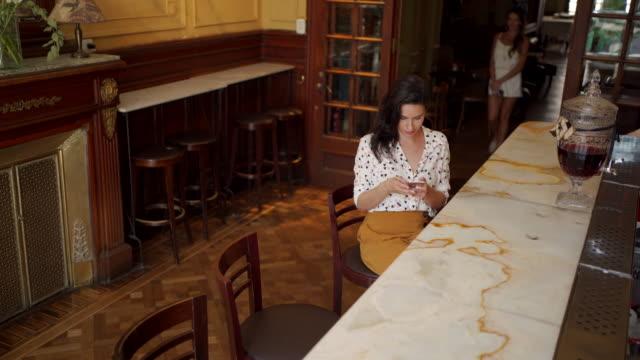 modern mature women using mobile phone - surfować po internecie filmów i materiałów b-roll