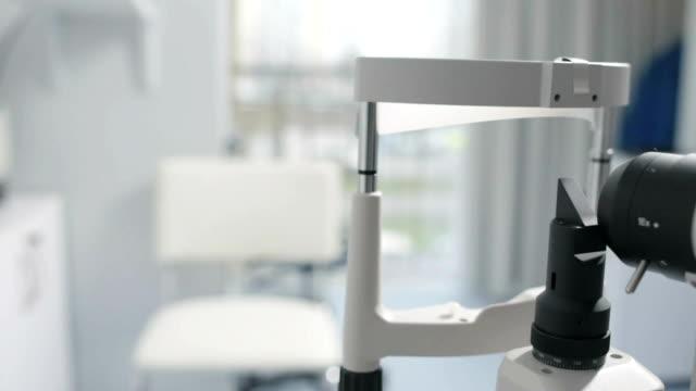 moderne medizinische geräte mit spaltlampe für auge prüfung - augenoptiker stock-videos und b-roll-filmmaterial