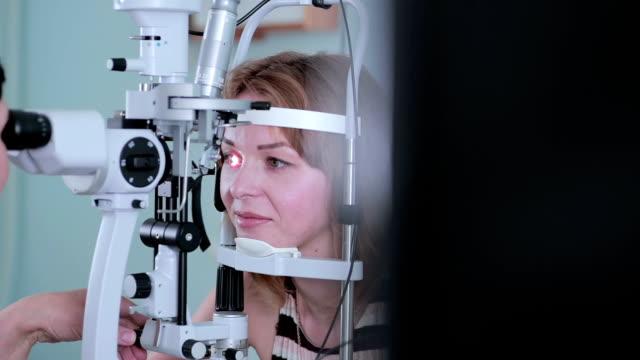 現代の医療処置。目を調べる時にタッチ スクリーンで眼科医ポイント - 検眼医点の映像素材/bロール