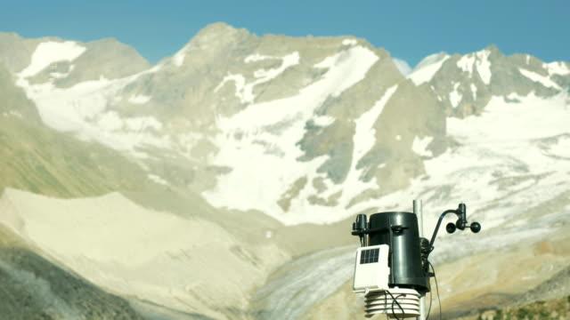 moderna meteorologisk utrustning på väderstation i snö berg - barometer bildbanksvideor och videomaterial från bakom kulisserna