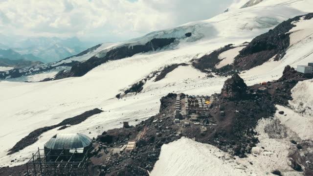 moderna meteorologisk station i bergen. utrustning för övervakning väder - barometer bildbanksvideor och videomaterial från bakom kulisserna