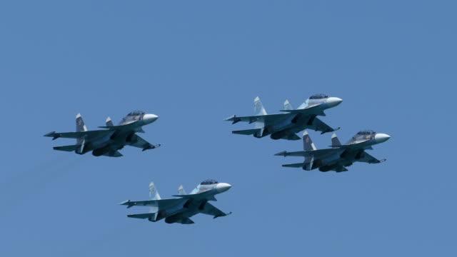 vídeos de stock, filmes e b-roll de caças militares modernos aviões de ataque - rússia