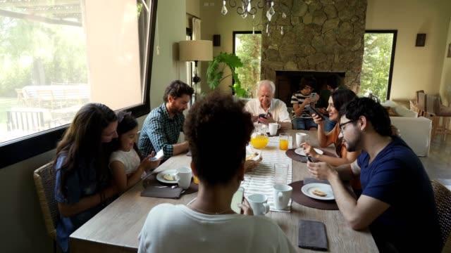現代の多世代家族 - 親族会点の映像素材/bロール
