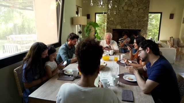 stockvideo's en b-roll-footage met moderne multi-generatie familie - breakfast table