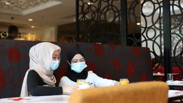 donna musulmana moderna - hijab video stock e b–roll