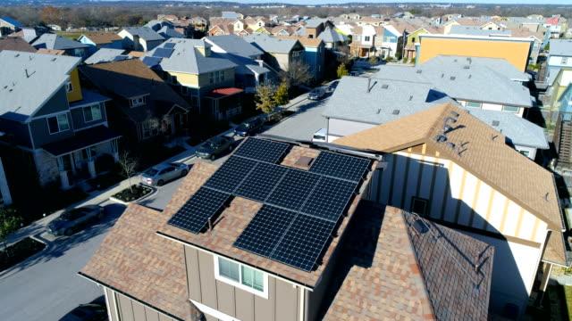 오스틴, 택 사스 공중 무인 항공기 보기에 태양 전지 패널과 깨끗 한 재생 가능 에너지 절감의 많은 현대 이웃 - 태양 에너지 스톡 비디오 및 b-롤 화면