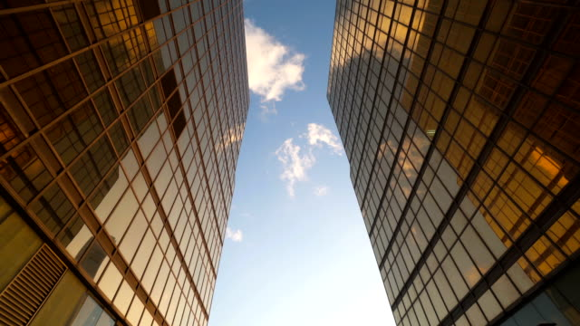 stockvideo's en b-roll-footage met modern kantoorgebouw op een heldere hemel achtergrond bij zonsondergang. - financieel district