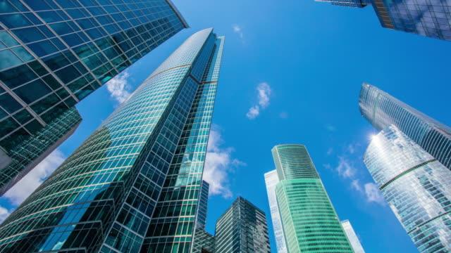 moderna kontorsbyggnader under klar blå himmel tidsfördröjning - moskva bildbanksvideor och videomaterial från bakom kulisserna