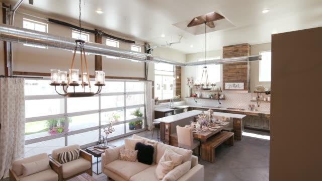 キッチン右下の角を持つモダンなオープンのリビング スペース - 田舎のライフスタイル点の映像素材/bロール