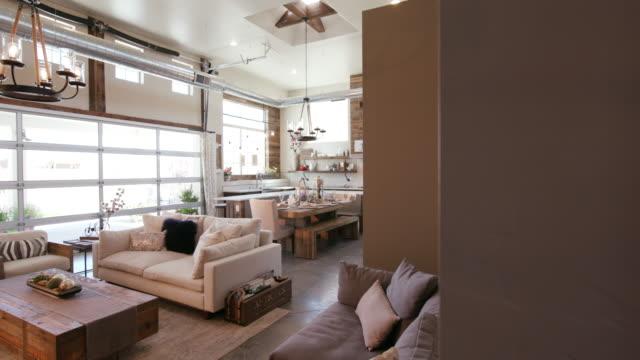 明らかにキッチンとモダンなオープンのリビング スペース - 田舎のライフスタイル点の映像素材/bロール