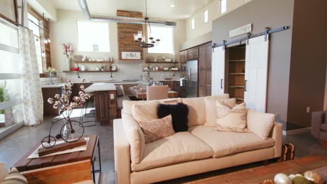 Moderner Wohnraum mit Küche, die linken Winkel steigt – Video