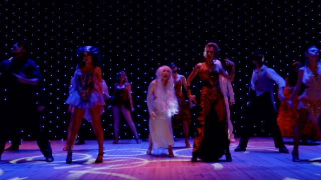 stockvideo's en b-roll-footage met moderne prestaties met ongewone helden, dansen en liederen in het theater - vetschmink