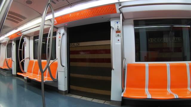 vidéos et rushes de voiture de métro publique moderne à la gare dans le centre-ville de rome. vue intérieure vide de chariot. vérification des portes de fonction à la gare. concept moderne de technologies de transport - wagon