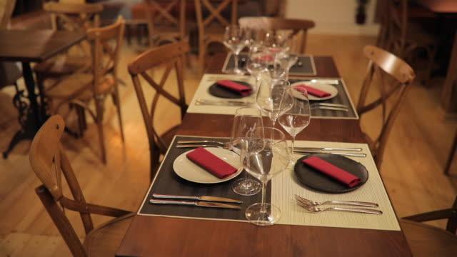 vídeos y material grabado en eventos de stock de restaurante moderno con mesa de comedor - cuchillo cubertería