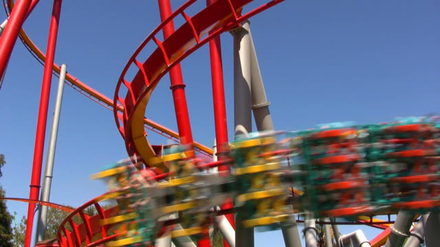 moderno montagne russe hd - luna park video stock e b–roll