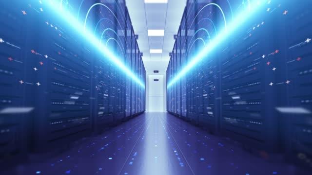 Modern sunucu odası ortamı. Bilgisayar rafları her yerinden. Futuristik veri merkezi. video